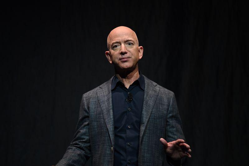CORREÇÃO-Bezos, da Amazon, lidera lista de mais ricos da Forbes; pandemia enfraquece Trump