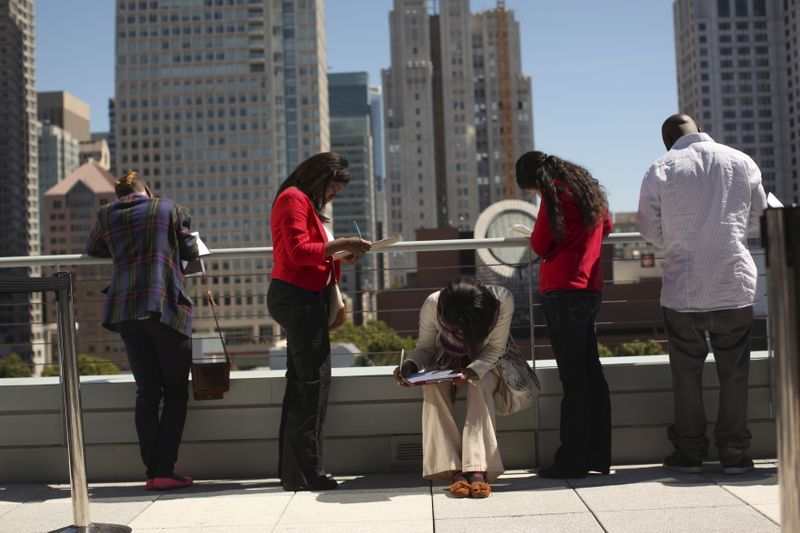 Pedidos de auxílio-desemprego nos EUA permanecem em níveis elevados