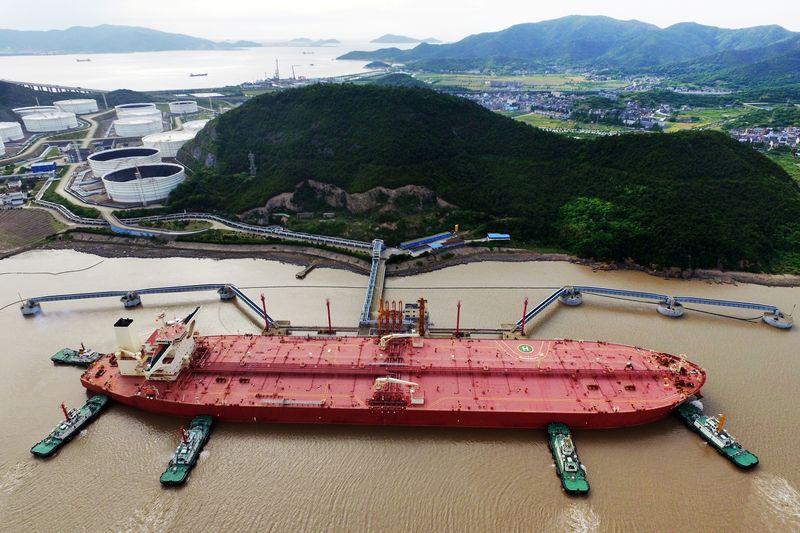 Compras de petróleo da China desaceleram devido a altos estoques e cotas limitadas