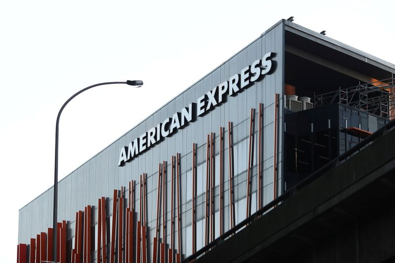 Lucro trimestral da American Express cai 40%