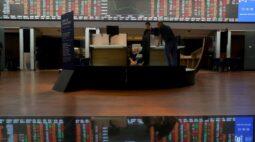 Ibovespa fecha em queda com realização de lucros, mas sobe na semana