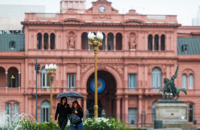 Argentina pode solicitar novos recursos do FMI em meio a renegociações de crédito