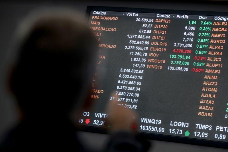 Ibovespa fecha em queda pelo 3º pregão; Santander Brasil recua após balanço