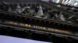 Wall St recua com perdas em ações de tecnologia e aumento em casos de Covid