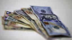 Dólar tem queda contra real no dia após intervenção do BC, mas fecha semana em alta