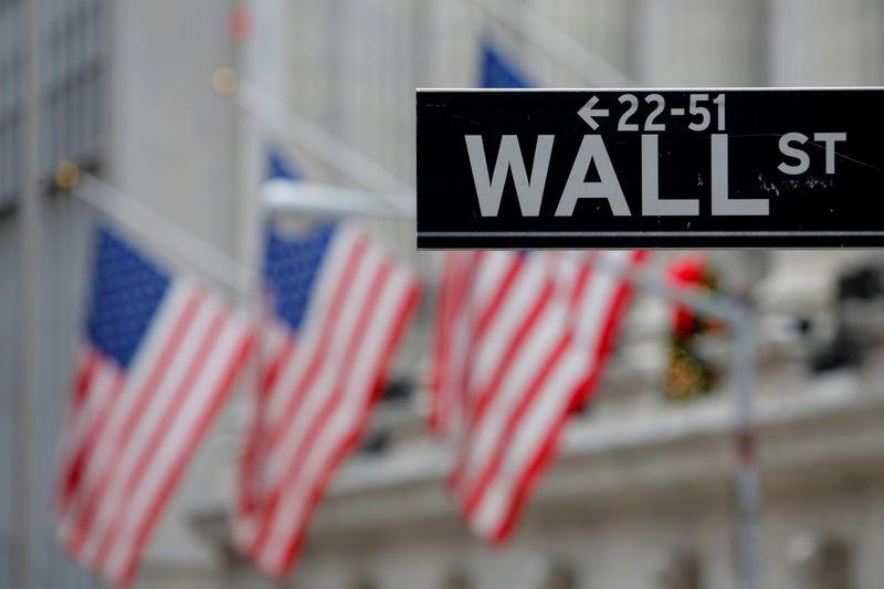 Wall St fecha em alta com esperanças de estímulo ofuscando receio de novos bloqueios por Covid-19