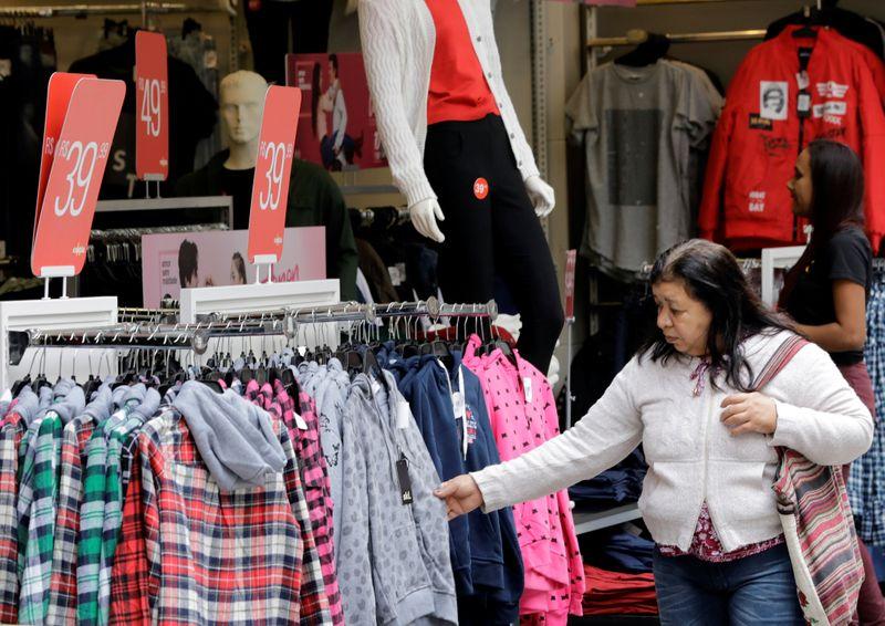 Confiança do consumidor no Brasil cai pelo 2° mês consecutivo em novembro, diz FGV