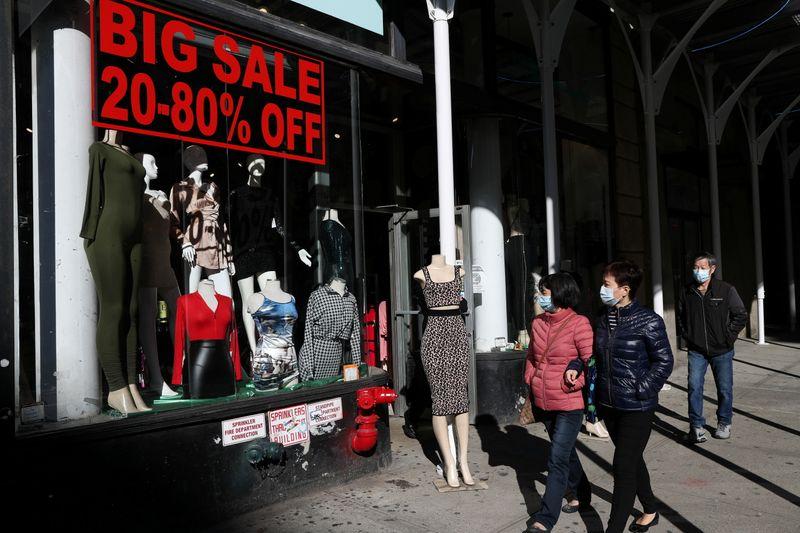 Gastos dos consumidores dos EUA sobem e renda cai em outubro