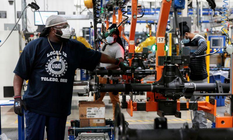 Atividade industrial dos EUA desacelera à medida que infecções por Covid-19 aumentam