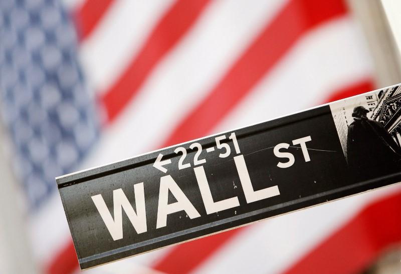 Nasdaq sobe com Apple, mas Dow Jones e S&P 500 caem por fracos dados econômicos