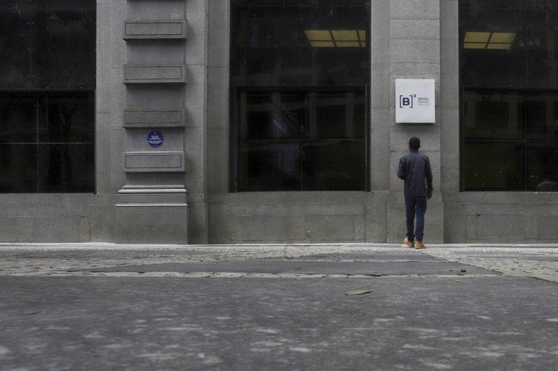 Ibovespa desacelera alta após anúncio de novas medidas de isolamento em SP