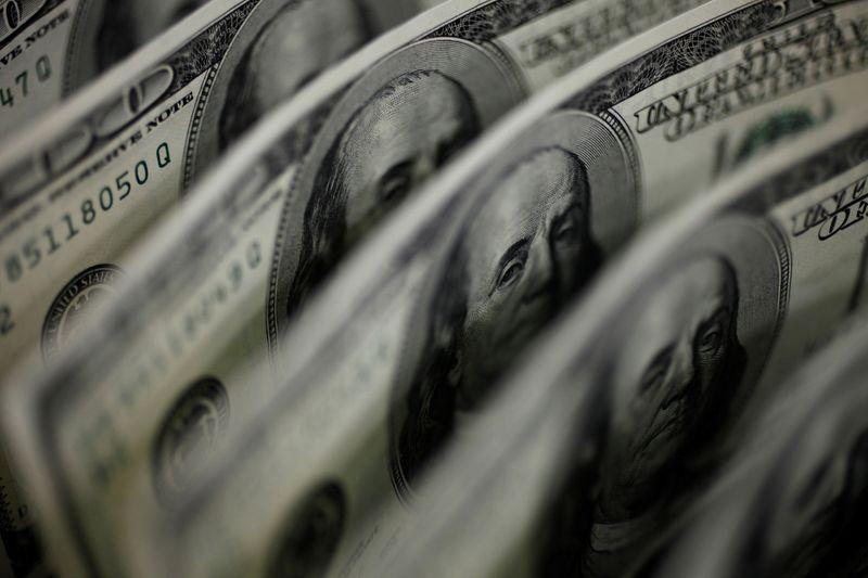 Dólar acompanha exterior e recua ante real com volatilidade e reajustes no radar