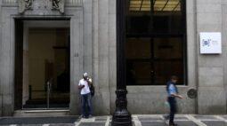 Ibovespa fecha em queda com riscos fiscais e piora da pandemia