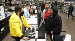 Ações da GameStop chegam a saltar quase 145% com short squeeze