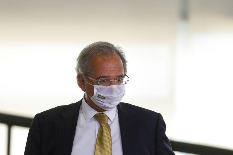 Vacinação em massa é principal desafio do país em 2021, diz Guedes