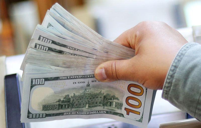 Dólar cai e real tem melhor desempenho mundial com noticiário positivo no Brasil e no exterior