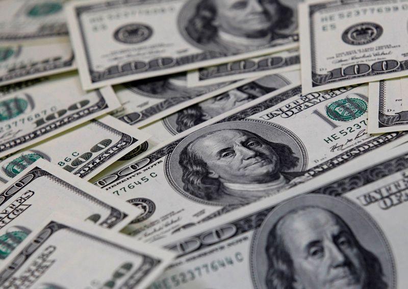 Dólar sobe em dia negativo para ativos de risco, sem tirar fiscal do radar