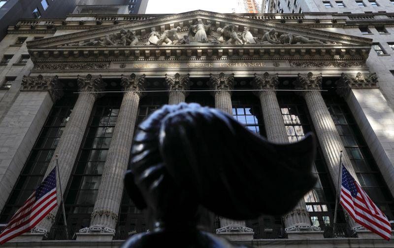 Bolsas dos EUA fecham quase estáveis divididas entre alta de ações cíclicas e queda em tecnologia