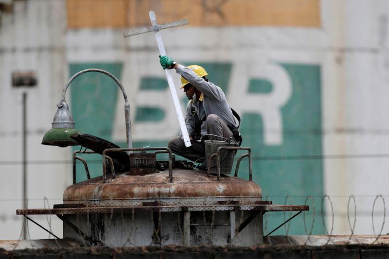 ENTREVISTA-Indicado para comandar Petrobras, Luna diz estar pronto para 'missão'
