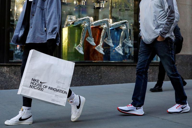 Confiança do consumidor dos EUA sobe em fevereiro, mostra Conference Board