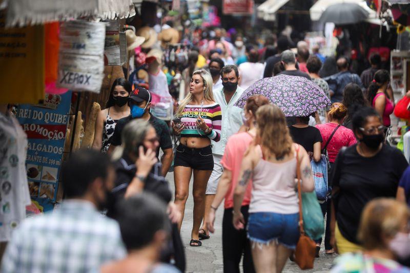 Confiança do consumidor no Brasil sobe em fevereiro após 4 perdas consecutivas, mostra FGV