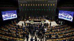 Bolsonaro leva pessoalmente à Câmara projeto de desestatização dos Correios