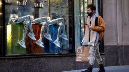 Pedidos de auxílio-desemprego dos EUA caem mais do que o esperado