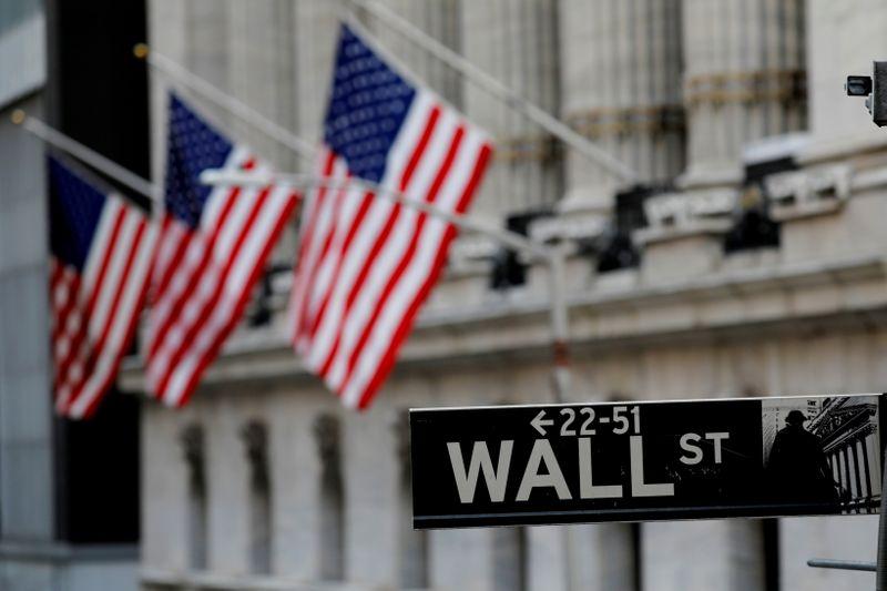 Wall St cai com ações de tecnologia e alta em rendimentos de títulos