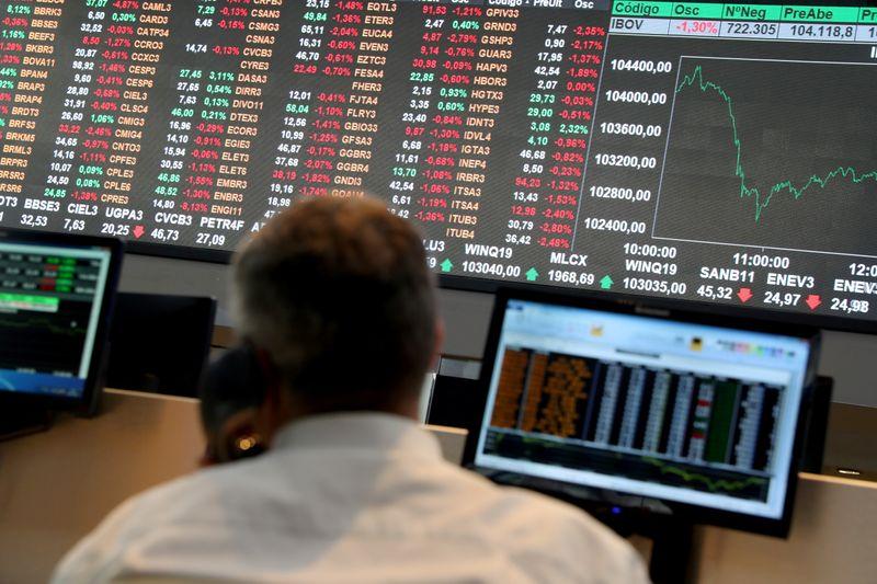 Wall St ofusca resultado recorde de Petrobras e Ibovespa recua quase 3%