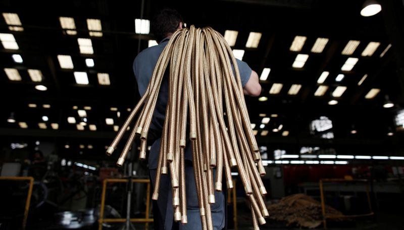 Confiança da indústria do Brasil cai em fevereiro e vai ao menor nível em 5 meses, diz FGV