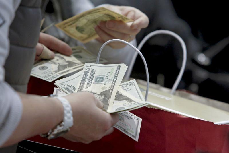Gastos do consumidor dos EUA se recuperam em janeiro com inflação benigna