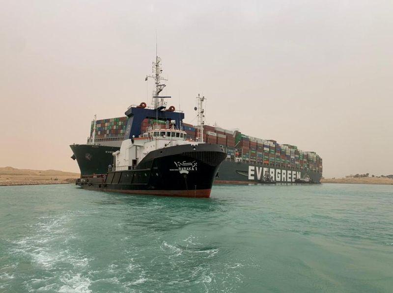 Rebocadores trabalham para liberar navio gigante encalhado no Canal de Suez