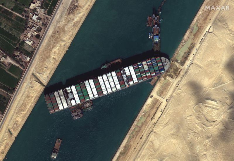 Navio encalhado no Canal de Suez se mexe, mas ainda não está claro quando será libertado