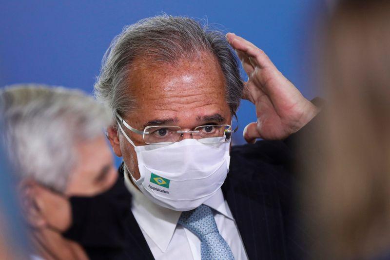 Paulo Guedes recebe primeira dose de vacina contra Covid-19 em Brasília