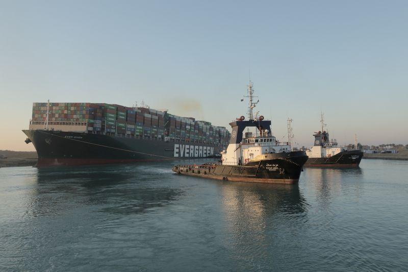 Tráfego no Canal de Suez é retomado após desencalhe de navio