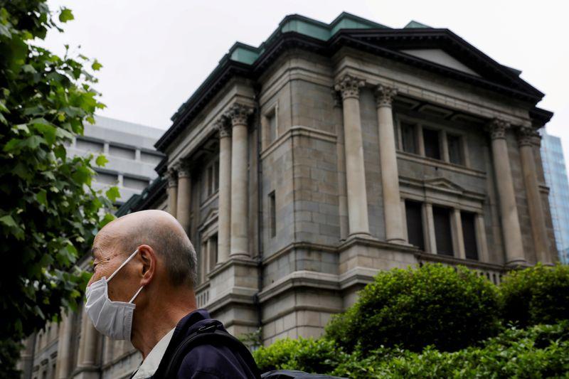 Após revisão, BC do Japão diz que comprará menos títulos no próximo mês