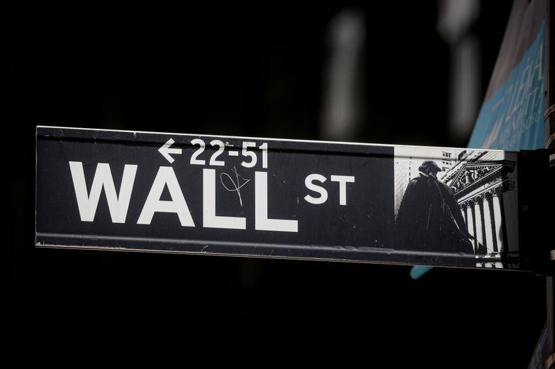 S&P 500 cai, mas segue perto de recordes