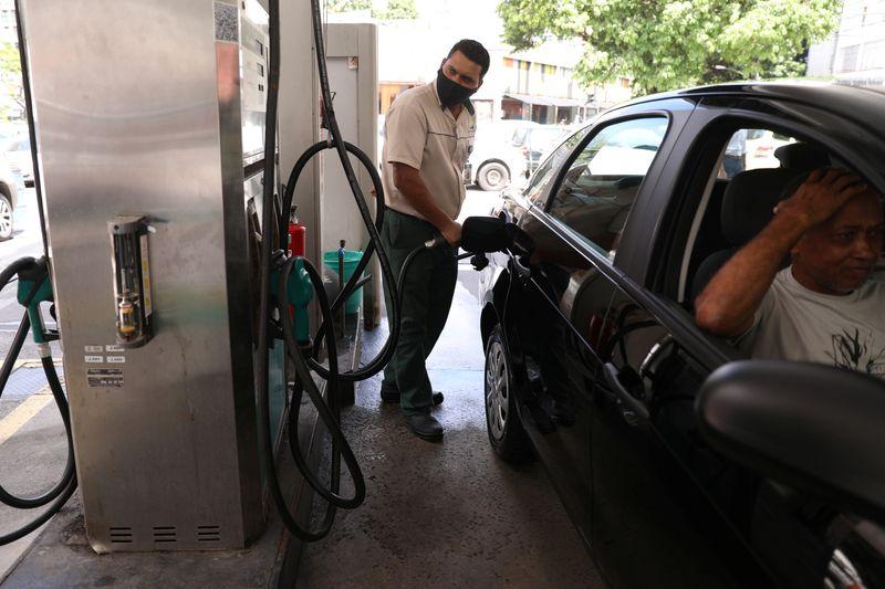 Gasolina e gás de botijão pesam em março e alta do IPCA passa de 6% em 12 meses