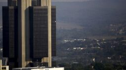 Bolsonaro nomeia presidente e diretores do BC para mandatos fixos
