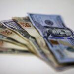 Dólar se acomoda após quedas recentes; exterior pesa