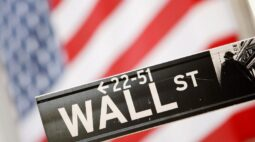 Wall Street fecha em baixa com ações de viagens afetadas por aumento de casos de Covid-19