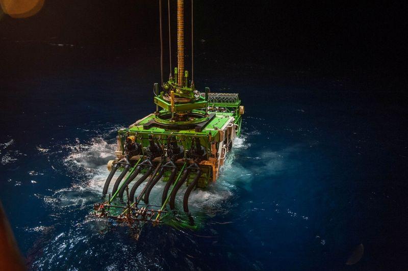Robô de mineração de 25 toneladas para de responder no fundo do Oceano Pacífico durante teste