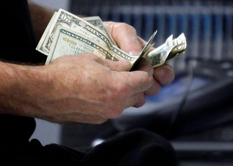 Cheques de estímulo impulsionam gastos do consumidor dos EUA em março
