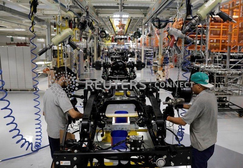 Expansão da indústria do Brasil perde força em abril, mas contratações aumentam, mostra PMI
