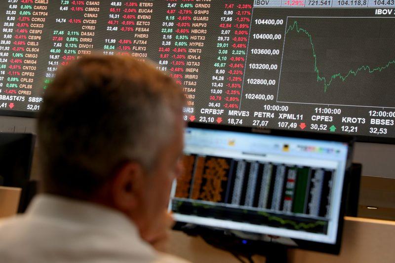 Ibovespa recua com Wall Street, balanços; Itaú cai mais de 3%