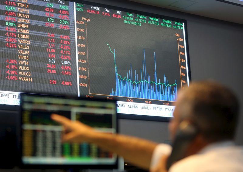 Ibovespa fecha em queda com perdas em NY e bancos; Itaú recua mais de 4%