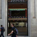 Ibovespa fecha em queda de 0,1% com realização de lucros; bancos sobem