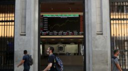Ibovespa fecha em alta com Petrobras em destaque e ganhos em Wall St