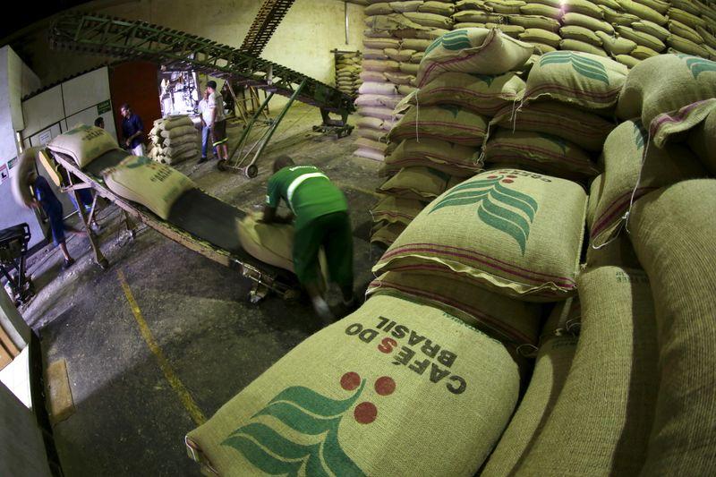Exportação de café do Brasil bate recorde de 45,6 mi sacas em 20/21, diz Cecafé