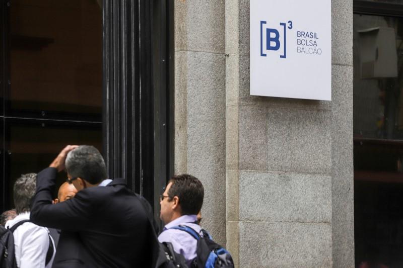 Ibovespa fecha em queda com ajustes; Magazine Luiza sobe após aquisição bilionária